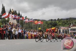 Pebalap TdS dapat kesempatan berwisata di Bukittinggi