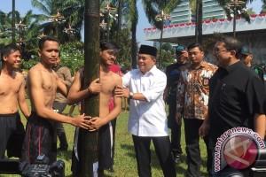 DPR gelar pesta rakyat lomba panjat bambu betung
