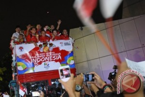 Tontowi & Liliyana welcomed home with open-top bus parade