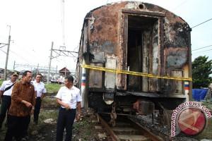 Menhub Melihat Gerbong Kereta Yang Terbakar