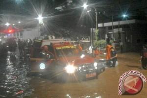 Banjir di Kemang, seluruh kendaraan tak bisa melintas