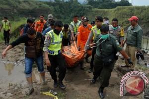 Evakuasi Korban Tambang Pasir