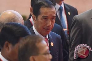 Jokowi holds informal conversation with Duterte