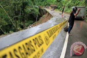Jalan nasional Trenggalek-Pacitan ambrol terseret longsor
