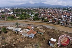 Seratusan warga mengungsi hindari banjir Sungai Cimanuk