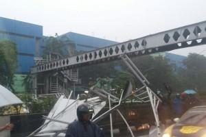 JPO Pasar Minggu roboh, arus lalu lintas dialihkan