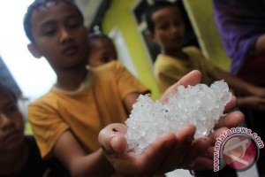 Hujan es sempat guyur Bandung