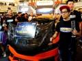 Presdir PT Honda Prospect Motor (HPM) Tomoki Uchida (kedua kiri) bersama Direktur Pemasaran dan Layanan Purnajual Jonfis Fandy (kanan) berfoto bersama juara pertama 'King of Jazz', Deny Kristianto (kedua kanan) pada final 'Honda Jazz dan Brio Tuning Contest 2016' di Jakarta, Sabtu (01/10/2016). Sebanyak 20 mobil modifikasi ditampilkan di ajang kontes yang berasal dari berbagai kota di Indonesia untuk memperebutkan 26 kategori termasuk gelar utama. (ANTARA/Zarqoni maksum)