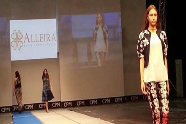 Model Slowakia Peragakan Batik Alleira