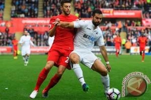 Liverpool tertinggal 0-1 dari Swansea pada babak pertama