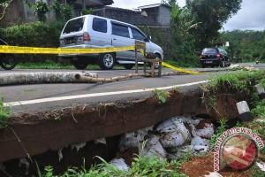 Arus jalur selatan Jawa Tengah macet akibat longsor