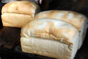 Antara doeloe: Roti tawar hampir habis