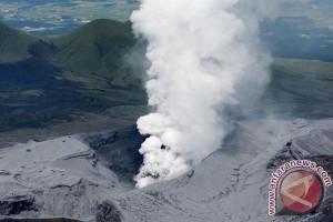 Gunung Aso di Jepang meletus
