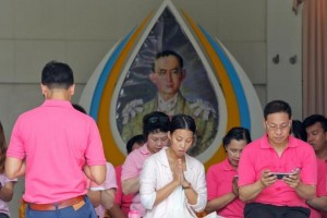 Warga Thailand kenakan pink doakan kesembuhan raja