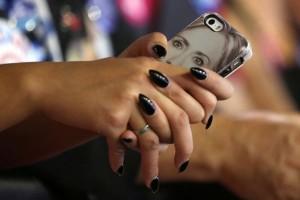 Pria ini gugat kekasihnya karena main ponsel saat di bioskop