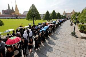 Ribuan orang bernyanyi demi hormati mendiang Raja Bhumibol