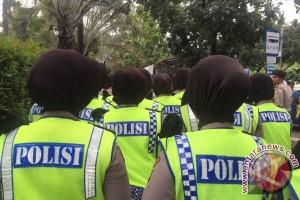 Wanita polisi berjilbab ikut jaga Balai Kota Jakarta