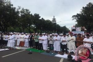 Massa ormas Islam shalat ashar di depan Balai Kota
