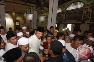 Agus Yudhoyono Salat Jumat Di Luar Batang
