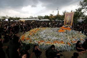 Napi Thailand berbaris bentuk angka sembilan hormati almarhum Raja Bhumibol