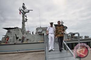 Kapal Perang Australia Tiba Di Makassar