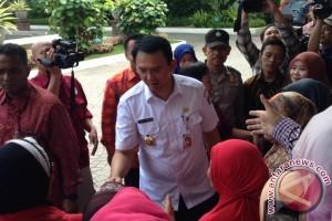 Foto dengan warga, Ahok larang pose dua jari