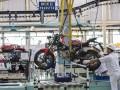 Pekerja menyelesaikan perakitan unit sepeda motor di pabrik AHM, Karawang, Jawa Barat, Kamis (3/11/2016). PT Astra Honda Motor mulai memproduksi motor sport terbaru kelas premium all New Honda CBR 250 RR dengan menerapkan teknologi manufaktur tercanggih saat ini. (ANTARA/M Agung Rajasa)