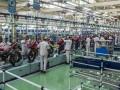 Pekerja menyelesaikan perakitan ribuan unit sepeda motor di pabrik AHM, Karawang, Jawa Barat, Kamis (3/11/2016). PT Astra Honda Motor mulai memproduksi motor sport terbaru kelas premium All New Honda CBR 250 RR dengan menerapkan teknologi manufaktur tercanggih saat ini. (ANTARA/M Agung Rajasa)