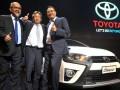 President Director PT Toyota Astra Motor (TAM) Hiroyuki Fukui (tengah), Vice President Director PT Toyota Motor Manufacturing Indonesia (TMMIN) Warih Andang Tjahjono (kiri) dan EGM Vehicle Sales Planning TAM F. Soerjopranoto, mengacungkan jempol pada peluncuran Toyota New Yaris & New Yaris Heykers, di Jakarta, Kamis (3/11/2016). Mobil yang dibuat dengan konsep Urban Adventure ini menggunakan mesin 2NR-FE 1.496cc dengan Dual VVT-i technology yang dapat menghemat BBM 17 -30 persen. (ANTARA /Audy Alwi)
