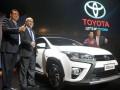 President Director PT Toyota Astra Motor (TAM) Hiroyuki Fukui (kanan) bersama Vice President Director PT Toyota Motor Manufacturing Indonesia (TMMIN) Warih Andang Tjahjono (kedua kanan), EGM Vehicle Sales Planning TAM F. Soerjopranoto (kiri) dan Head C & A Accessories Planning & Styling Design TAM Donny A. Yuwono (kedua kanan), mengacungkan jempol pada peluncuran Toyota New Yaris & New Yaris Heykers, di Jakarta, Kamis (3/11/2016). Mobil yang dibuat dengan konsep Urban Adventure ini menggunakan mesin 2NR-FE 1.496cc dengan Dual VVT-i technology yang dapat menghemat BBM 17 -30 persen. (ANTARA/Audy Alwi)