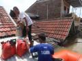 Petugas Taruna Siaga Bencana (TAGANA) Kota Tangerang membantu mengevakuasi warga korban banjir di perumahan Total Persada, Tangerang, Banten, Senin (14/11/2016). Akibat luapan sungai Ledug ratusan rumah terkena banjir dengan ketinggian mencapai dua meter lebih dan mengakikbatkan 4369 jiwa terpaksa mengungsi ke dataran yang lebih tinggi. (ANTARA /Lucky R)