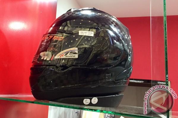 Helm ini dijual seharga Vespa Primavera