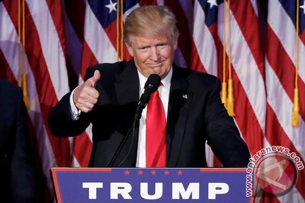Momen Lucu Tentara Sibuk Sendiri Saat Donald Trump Pidato