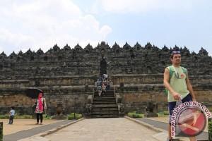 Candi Borobudur kampanye antikekerasan disinari warna oranye
