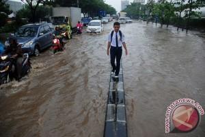 Sejumlah titik jalan perkotaan Karawang banjir