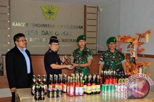 Penyerahan Miras Selundupan Dari Malaysia