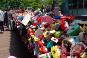 Mengabadikan cinta di Menara Namsan, Seoul