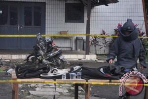 Tim Gegana Polda Kalimantan Timur periksa bungkusan dari lokasi ledakan