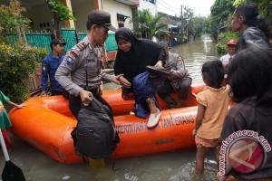 Ribuan warga korban banjir Karawang mengungsi