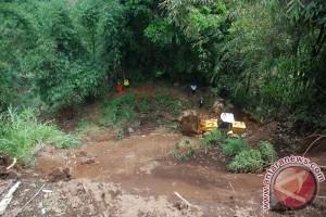 Bersihkan Timbunan Longsor Lembang