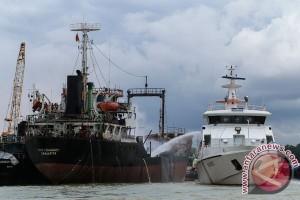 Kapal tanker meledak dan terbakar di Batam
