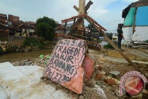 Korban banjir Garut jenuh tinggal di pengungsian
