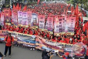 Ratusan buruh Jabar demonstrasi tolak PP 78 2015