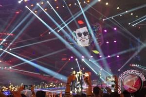 Lepas kacamata, PSY sapa penggemar Indonesia