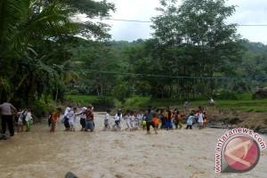 Pelajar Menyeberang Sungai Di Sukabumi