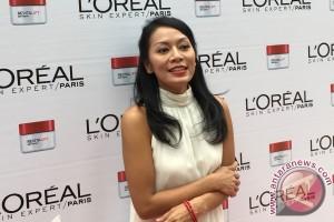 Kiat cantik Dewi Lestari, dari air hingga humor