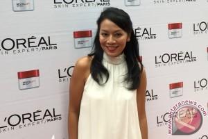 Dewi Lestari belajar renang di usia 40 (Video)
