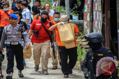 Polisi bawa sejumlah barang dari rumah Solihin