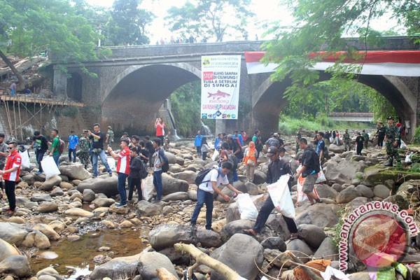 Warga Bogor ramai-ramai Mulung Sungai Ciliwung