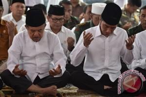 Presiden dan Wapres salat Jumat dengan peserta Doa Bersama